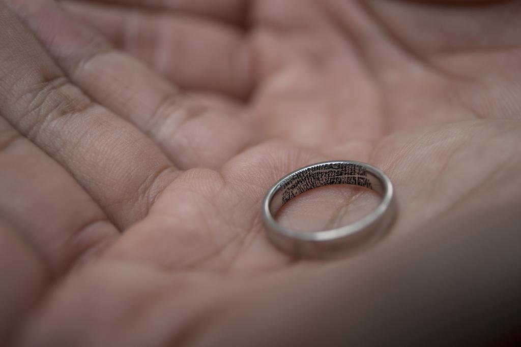 雙方的戒指內都印有對方的指紋