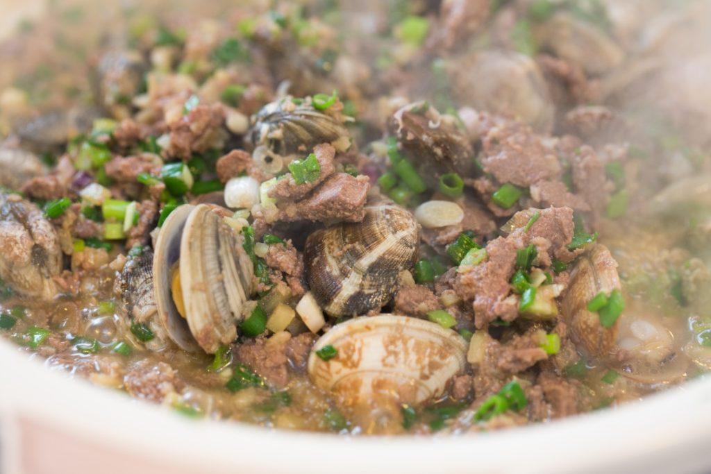 砂鍋豬膶炒蜆 // 豬膶和蜆的味道出奇地配合,再加上芫荽,簡單是天作之合。