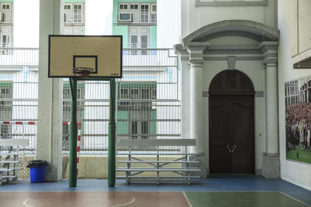 由於校舍為法定古蹟,故校內仍保留難得的西式建築風格,就算這個有蓋籃球場旁的圓柱拱門,是香港學校校舍甚少見。