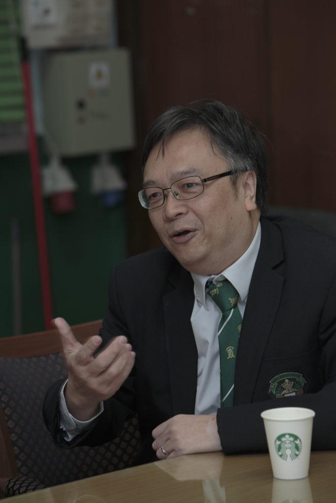 程景坡校長畢業於1976年,曾擔任數學老師數十年, 現除處理校政,他為人毫無架子,故有很多學生遇上艱深數學問題,會走到校長室找他一起討論。