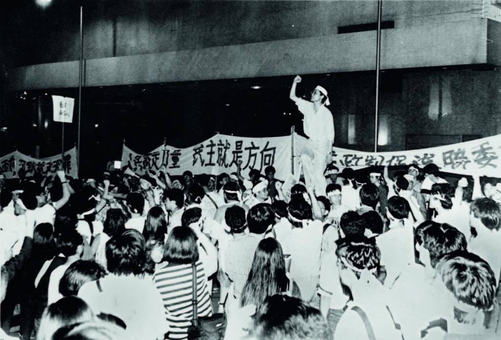 「學聯」秘書長陶君行(站立者)於1989年號召大專學生遊行到新華社