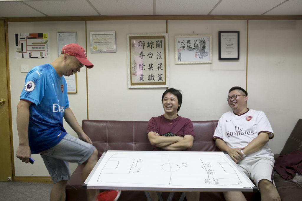 (左)譚亮英、杜振豪(中)、李大成(右)三位社運友同是阿仙奴迷,他們說不知為何左派人特別喜歡阿仙奴,但從來不會一起看球賽。