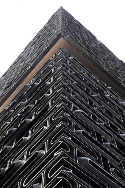 黑色盒子內的是藝術展場及演藝設施