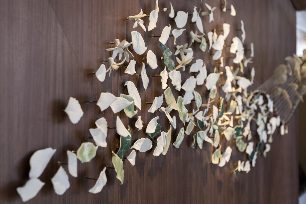 細膩處是木質牆身上以250塊獨一無二的葉片陶瓷點綴,展現咖啡和茶葉的自然形態。