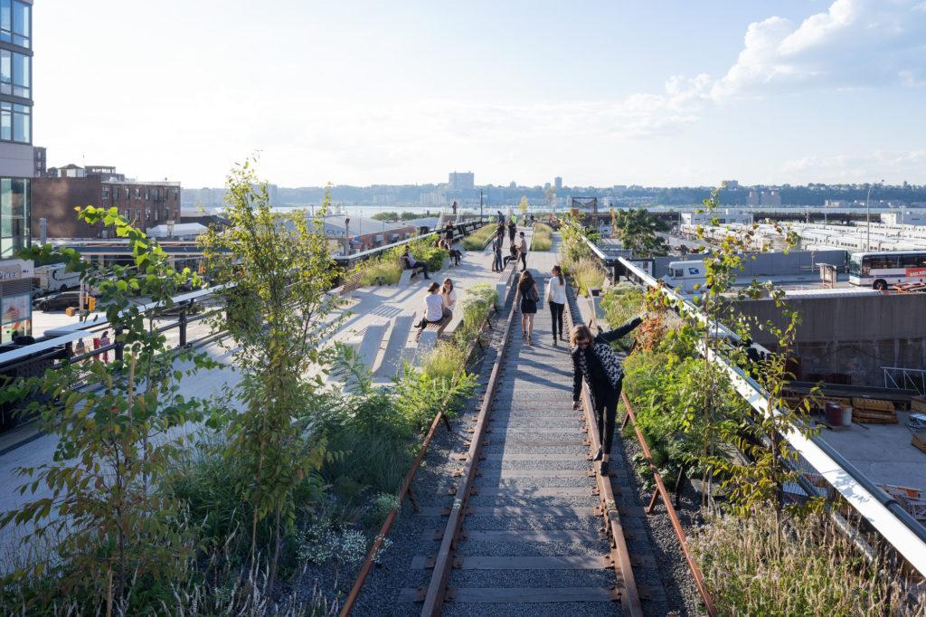 High Line為周邊社區創造了巨大的社會經濟效益,是景觀設計及活化建築的典範。(圖片:IWAN BAAN)