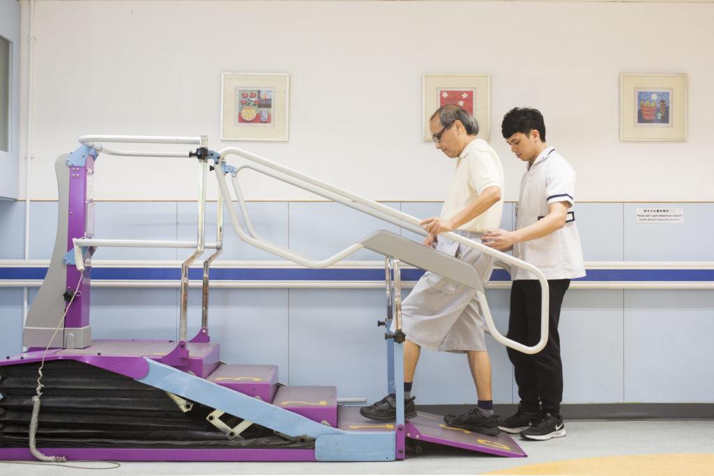 家住唐樓的劉劍雄指中風後練習上下樓梯最為困難,如此反反覆覆地練習了好幾個月再能自己下樓梯。