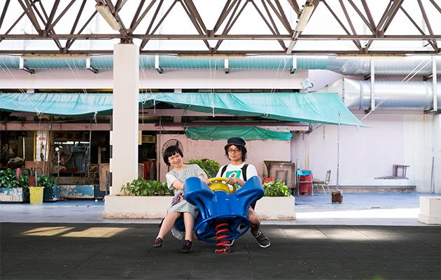 客席策展助理住吉山實里(左)與藤原力(右)覺得牛池灣街市熟食中心旁的遊憩處相當有趣。「這裏有數個遊樂設施,但我們每次經過都不曾見到兒童在這裏玩樂。」