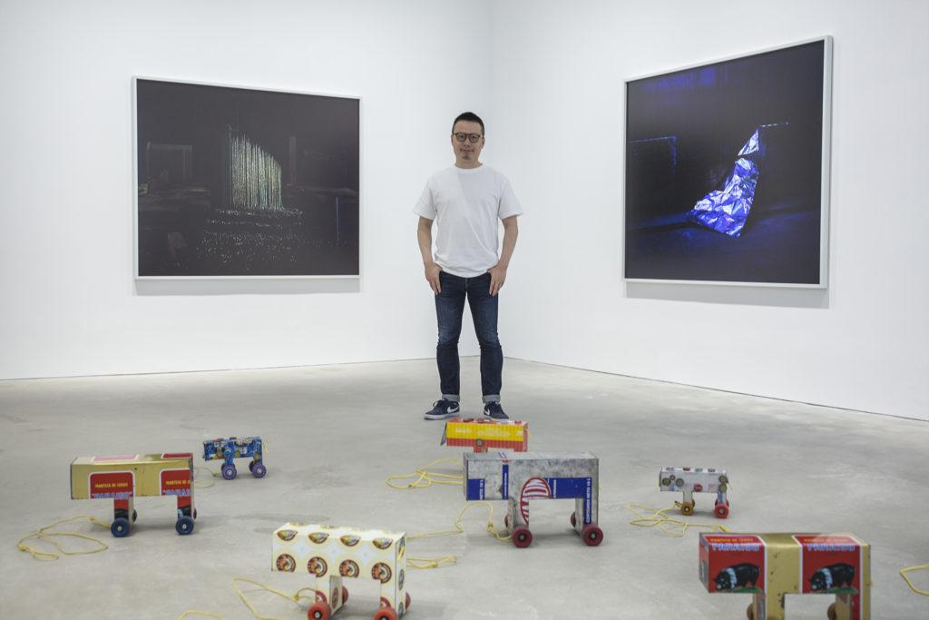 許宇是上海人,自少嚮往香港的流行文化。展覽名稱《璀璨都市》也取材自達明一派的名曲。