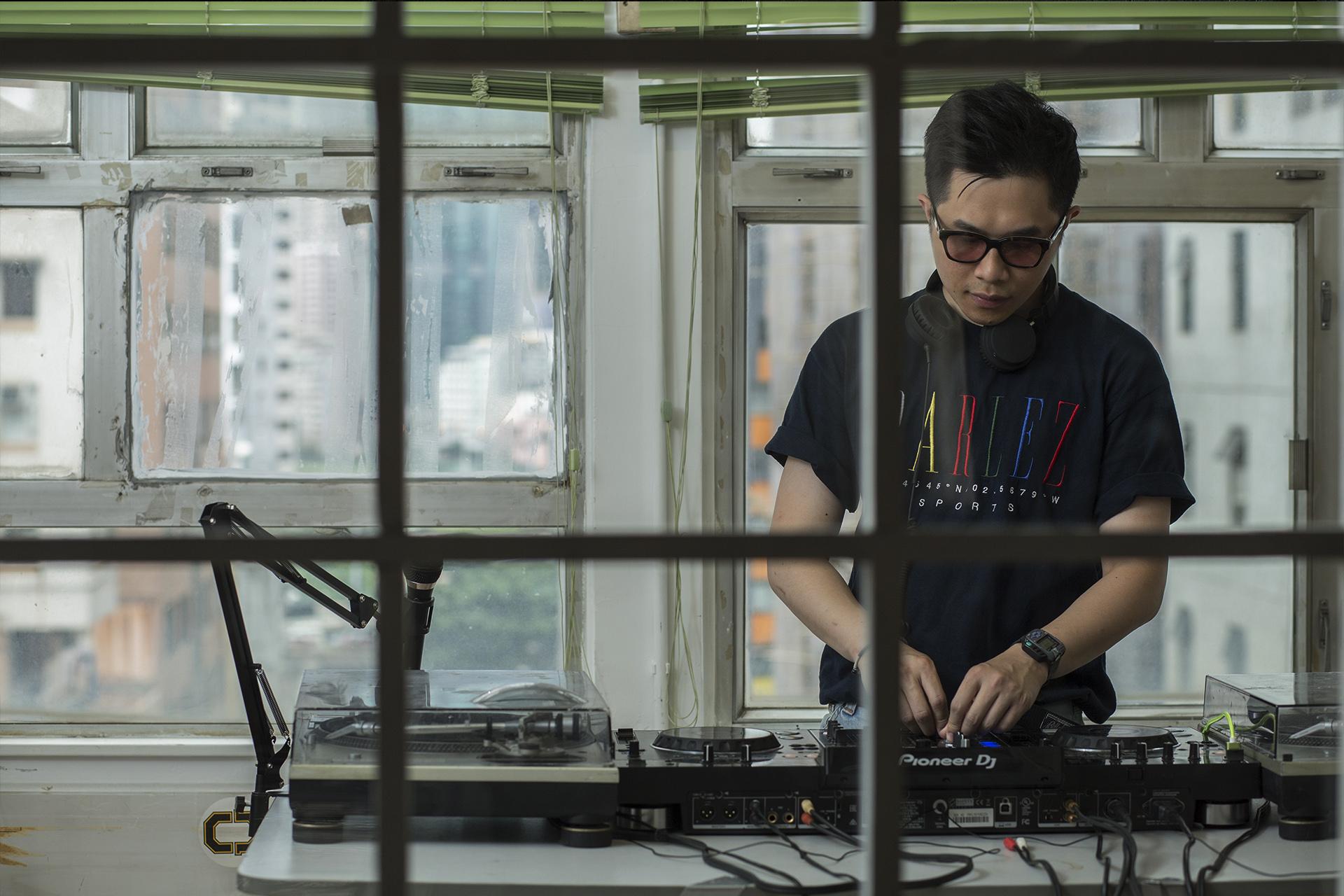 Davy是本地音樂廠牌Neoncity Records的創辦人,同時也是一名DJ,以Daviouxx作藝名。
