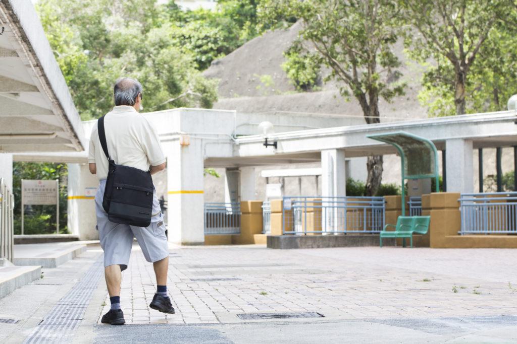 由中風後臥病在牀不能坐起,劉劍雄不懈地經歷了大約六年的練習,終於能放下拐杖如昔日般在社區活動自如。