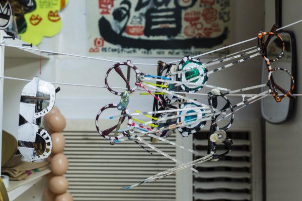 給在場人士一個他自家製的青蛙眼鏡,令每位蒞臨人士都成為他的藝術創作的一部分。