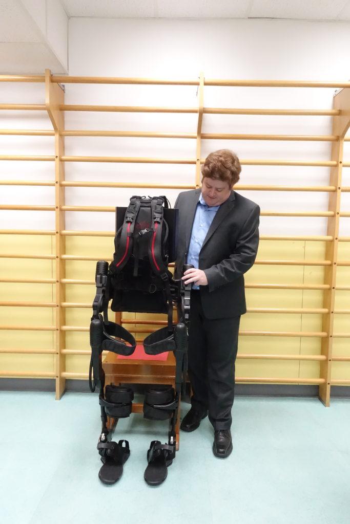 可穿戴式外骨骼機械人裝置是近年最新引入香港的物理治療儀器,運用外在骨骼支撐行動不便者身體,幫助他們學習走路。