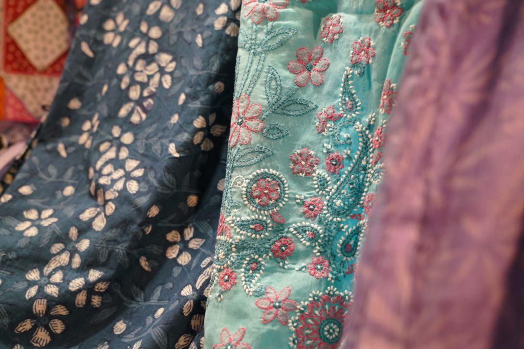 潘美美的布料圖案教人目不暇給,原來都是人手織造,世上獨一無二。