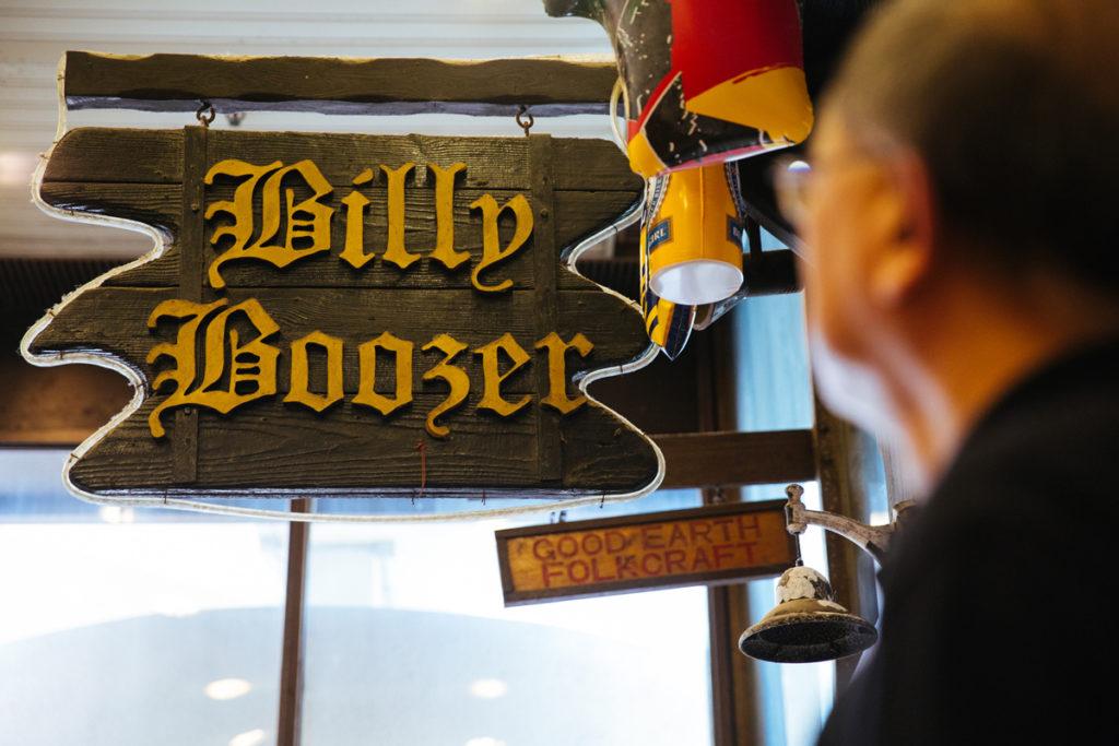 著名足球員鍾楚維投資的King's Arm酒吧據報因03年經濟不景倒閉,商場僅餘的Billy Boozer,是畢架山地段絕無僅有的酒吧。