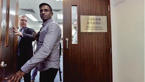 人權律師Robert Tibbo去年陪同曾協助斯諾登的難民家庭成員,前往入境處遣返審理組。他認為自己被當局有意打壓。(明報資料室圖片)
