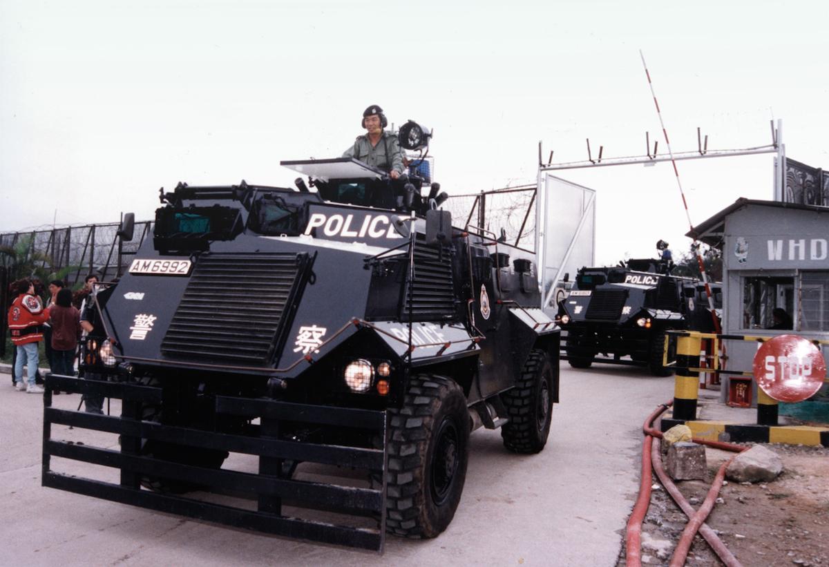 1996年五月十一日白石營船民騷亂,警察出動裝甲車駛入禁閉營內。