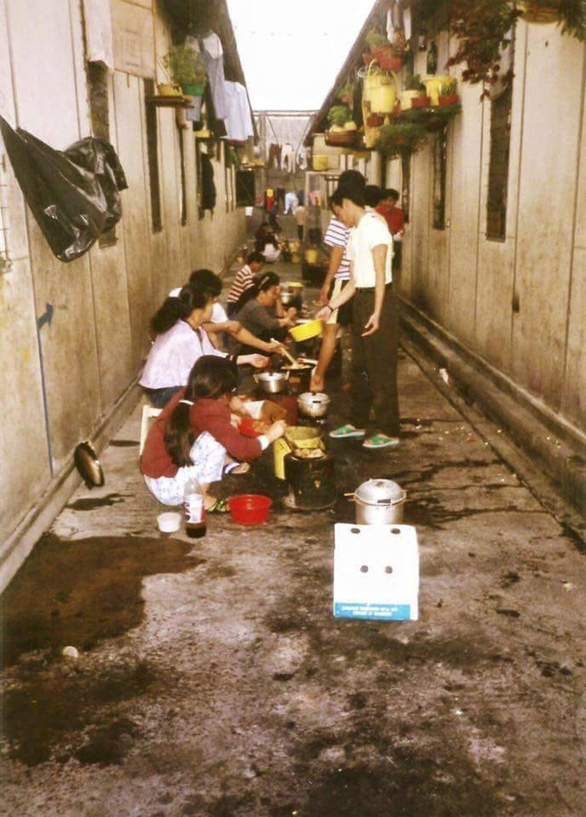 越南難民向本刊提供大鴉洲禁閉營內的生活景象,有越南華僑難民向記者透露,當時一把刀,一個爐,也要以物換物或用錢去購買。