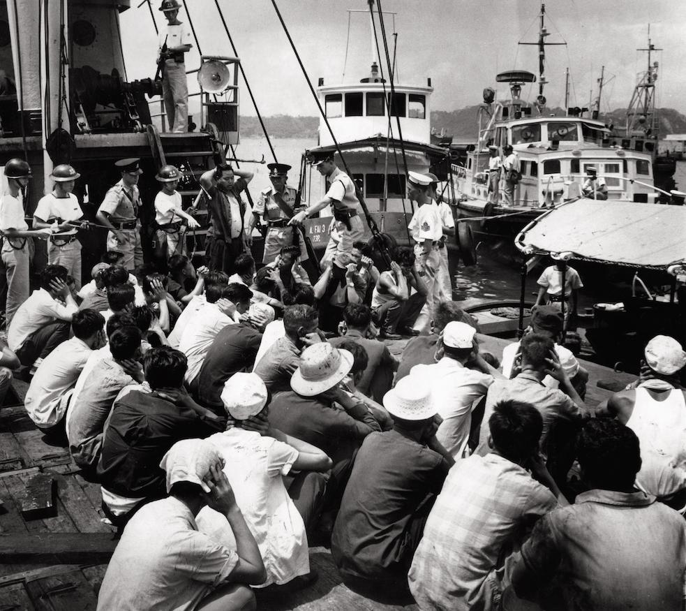 70年代第一首載滿越南難民的船抵港後,警方持槍戒備。