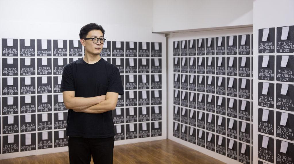 展覽場地本來有窗,馬玉江把它們封起來,營造密不透風的壓迫感。牆上貼滿數以百計的收據,是他用迂迴隱晦的手法,呈現麥難民的生命重量。
