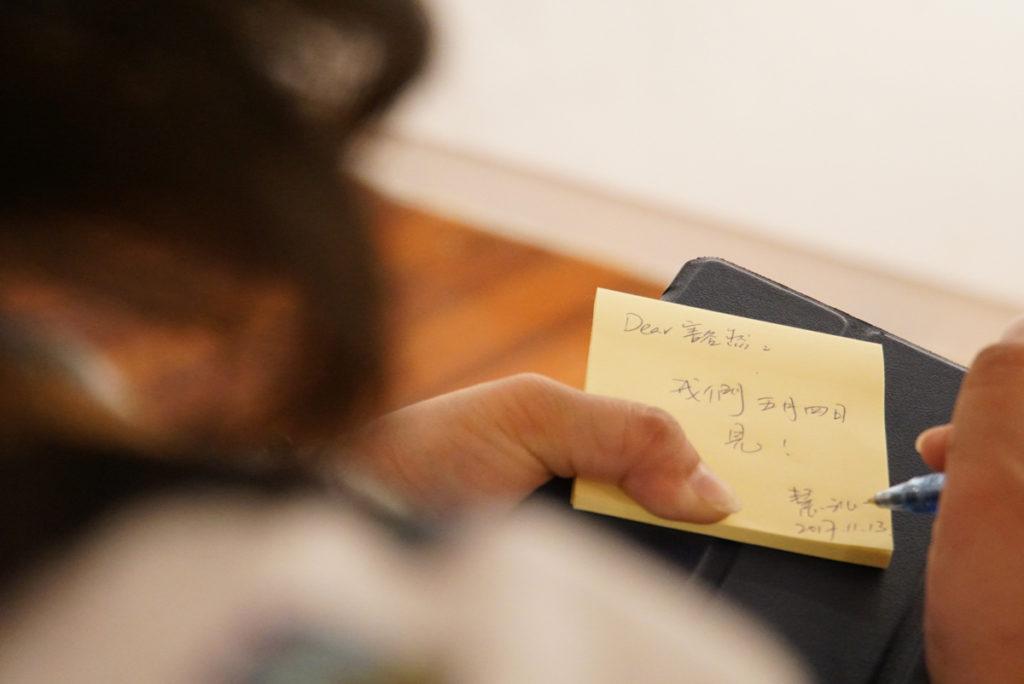 參觀13+3攝影展,鍾慧沁寫下留言,給當時仍在獄中的好友周豁然。