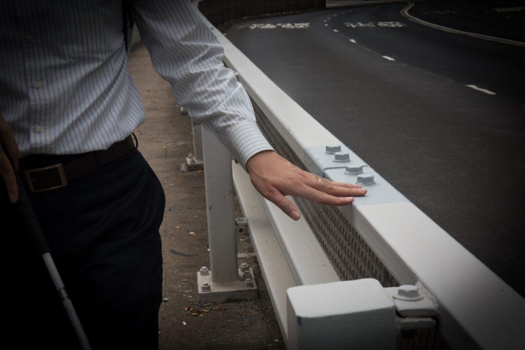 靠觸摸欄杆來給自己定位