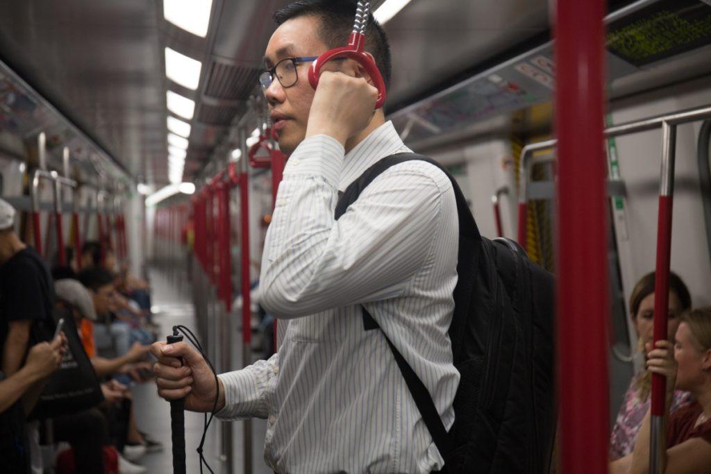 搭地鐵時Billy通常不坐,以防他人有需要自己卻看不到。