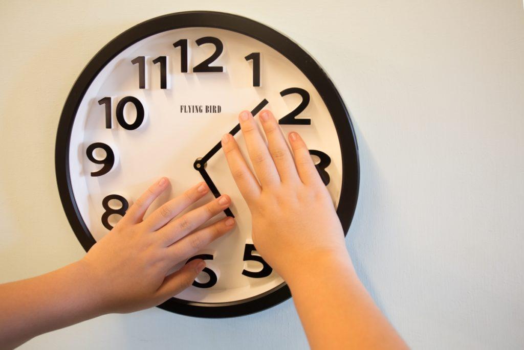 教室有一個能用手摸的鐘,學生可以觸摸「時間」。