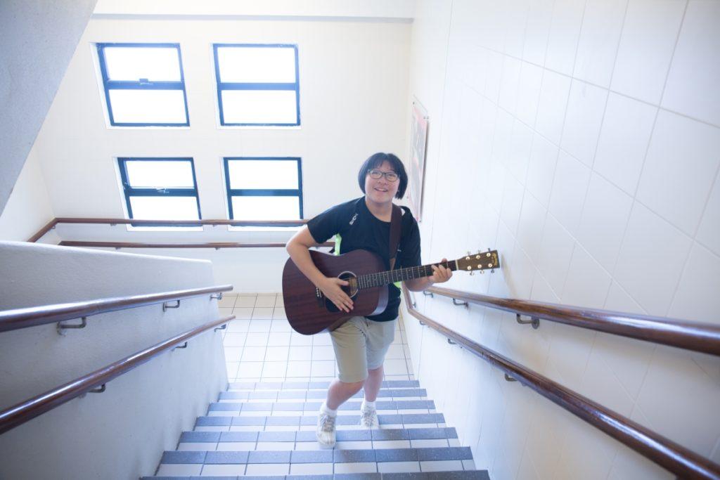 余安琳走在校園,邊走邊彈好自在。
