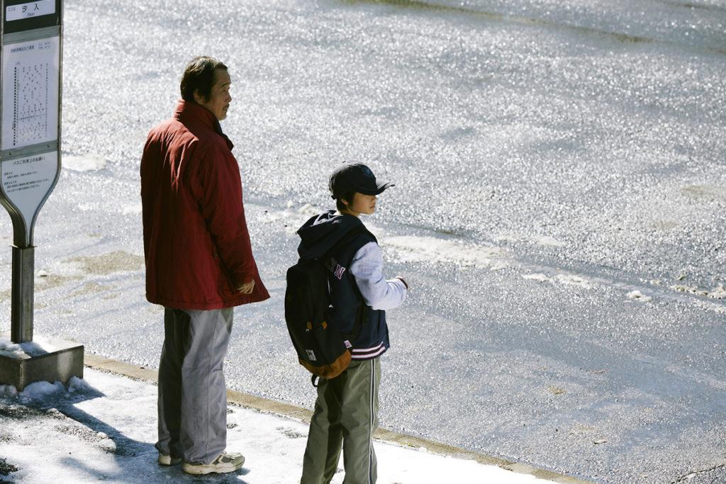 送兒子最後一程,一句說不出口的「爸爸」。(《小偷家族》劇照)