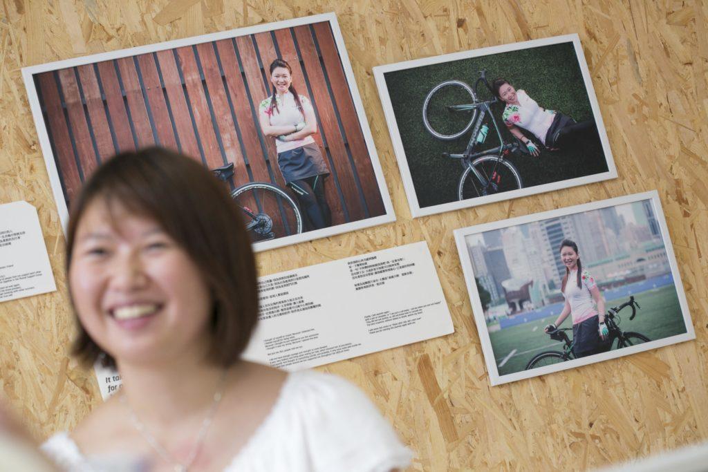 倖存者攝影展中,她以單車零件比喻有身邊人的支持,才能令她走下去。
