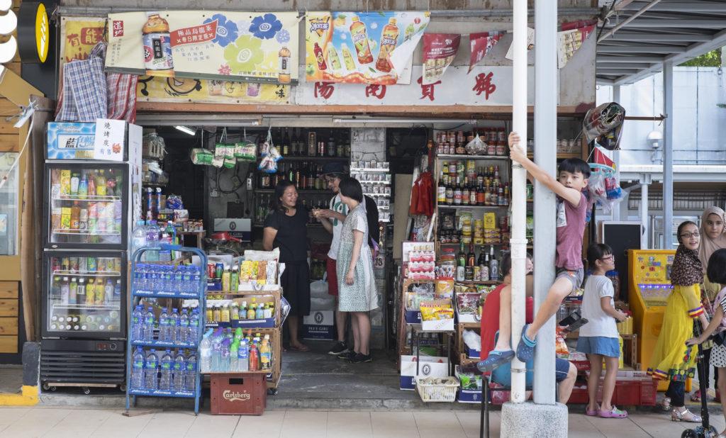 昇陽南貨號是藤原力與住吉山實里留港考察時每日的必經之地。即使言語不通,他們亦能與店主蔡女士透過簡單書寫和肢體語言作交流,為這次城市探索帶來另一番體會。