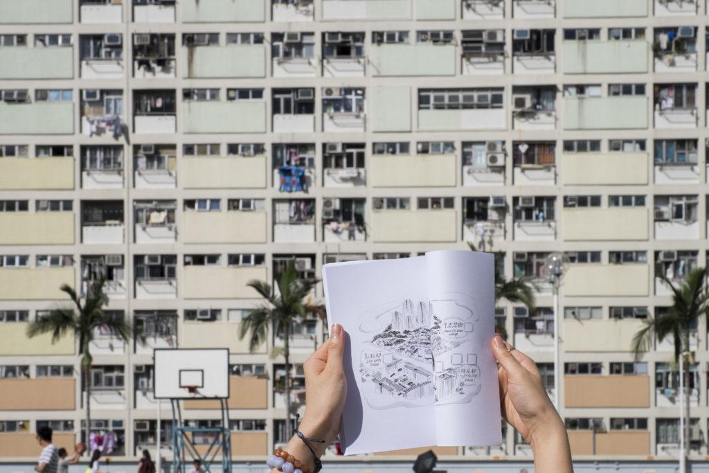 《彩虹の冒險之書》內有一幅社區速寫圖,畫下彩虹邨、牛池灣鄉和坪石邨的面貌。