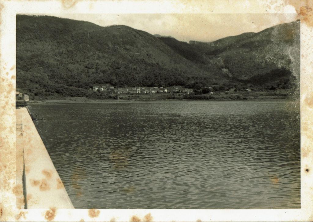 由將軍澳村村民提供的舊照可見,當時將軍澳尚未填海,新市鎮尚未建成,山徑是一片後花園。(舊相由將軍澳村村民提供)