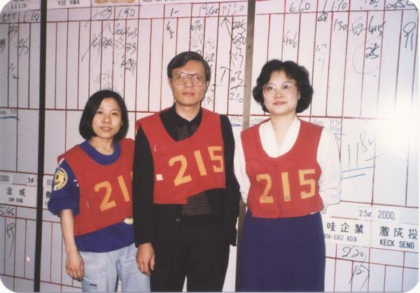 周松堦(中)於1976年已在證券行工作,累積多年經驗,對投資理財市場的走勢眼光獨到。