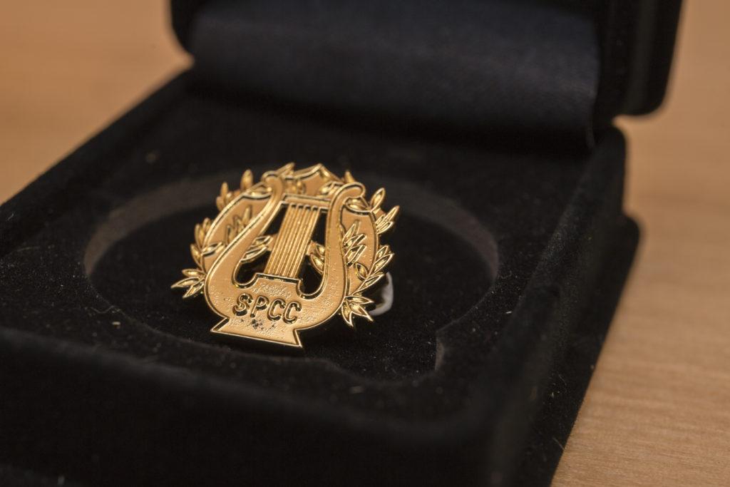 學校合唱團於六十年代的音樂徽章,團員將之佩戴在身上,象徵着團結的精神。