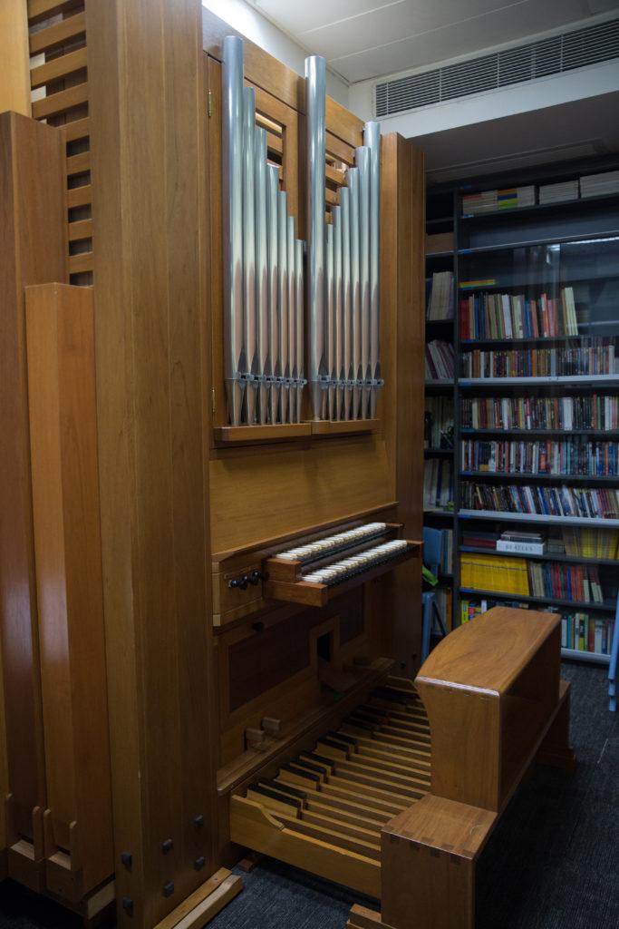 學校提供豐富多元的音樂教學, 除了合唱團,還有管弦樂團、司 琴小組、室樂訓練,還設有罕見 的管風琴給同學練習。