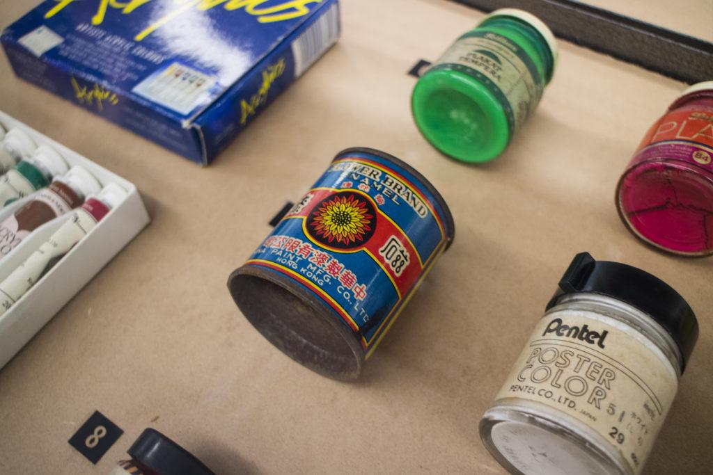 瓷漆是漆油的一種,表面不透明且平滑有光澤。這罐菊花牌瓷漆更是本土製造!