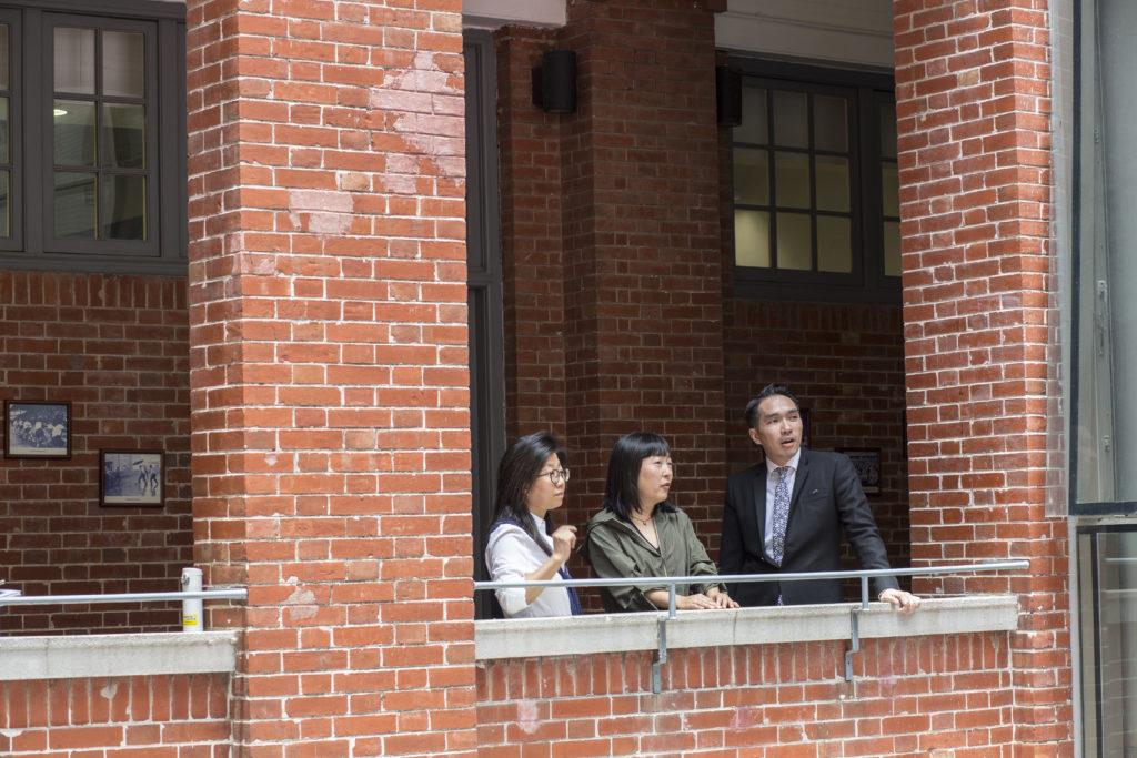 同屆的莊梅岩(左)、李偉安(右)和黃明樂(中) 游走母校角落,時而「想 當年」,時而談及百周年合 作創作的點滴。