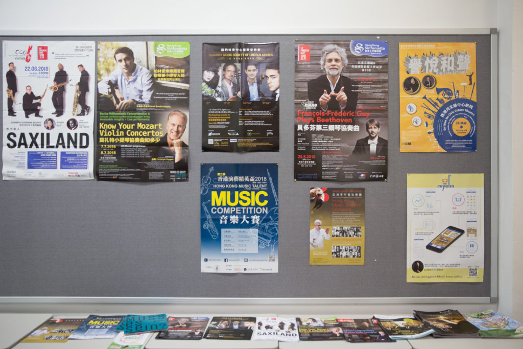 游走校園內,壁報上常張貼大大小小有關 音樂活動的海報,讓同學能多接觸有關音樂的 不同資訊。