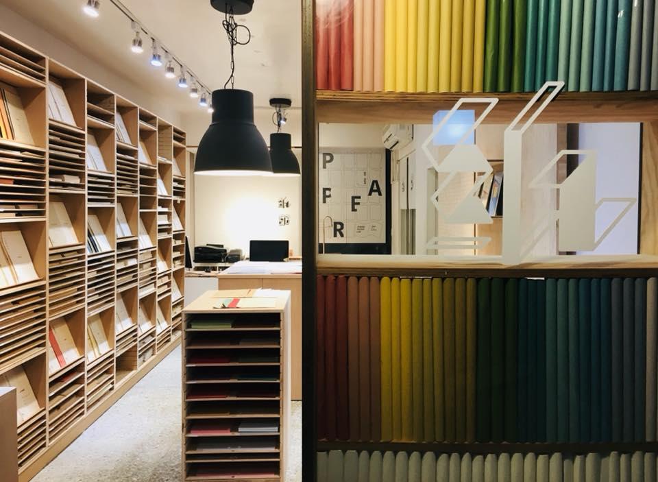不同的紙材分門別類放於櫃中,當中的紙通常都有名字。