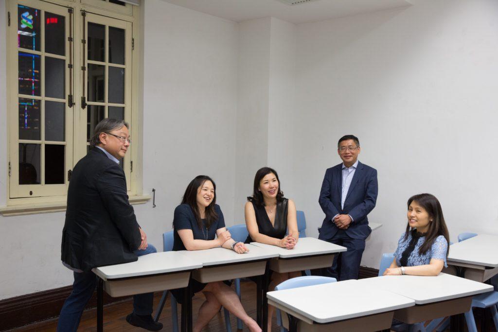 (左起)陸永基、羅欣珮、蘇慧敏、陳耀恆 和周恩惠在校友合唱團年資長短不一,然而在歌聲 牽引下,他們走在一起,成為情誼深厚的團員。