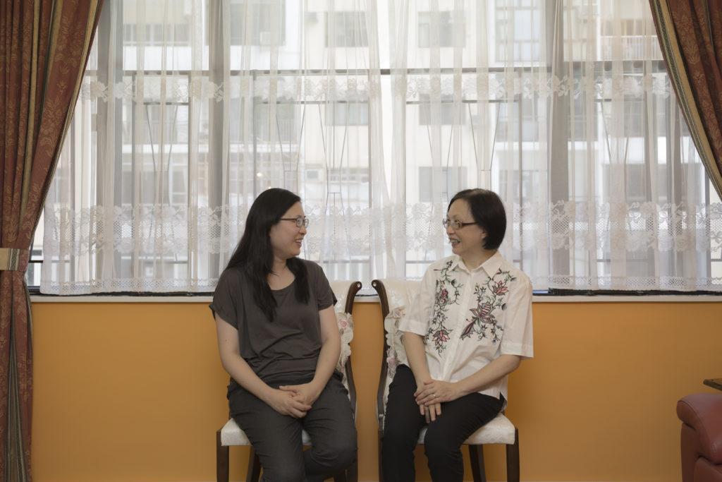 黃曉恩(左)與同為校友的母親說起往日,相視而笑,回味自己在學時期的青澀。