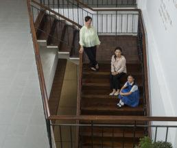 周梁淑怡和女兒周智琪皆是舊生兼家長,後者現在積極參與小學部的家長活動,早前更成為學校旅行的家長義工。