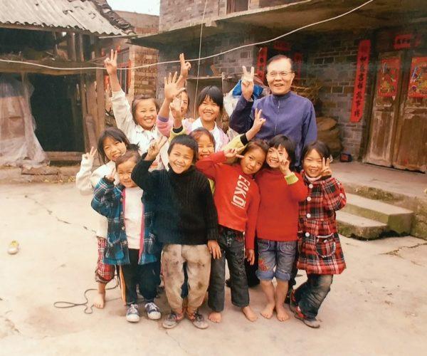 周先生經常親身探訪內地各省的希望小學,了解當地孩子們的教育和生活需要。