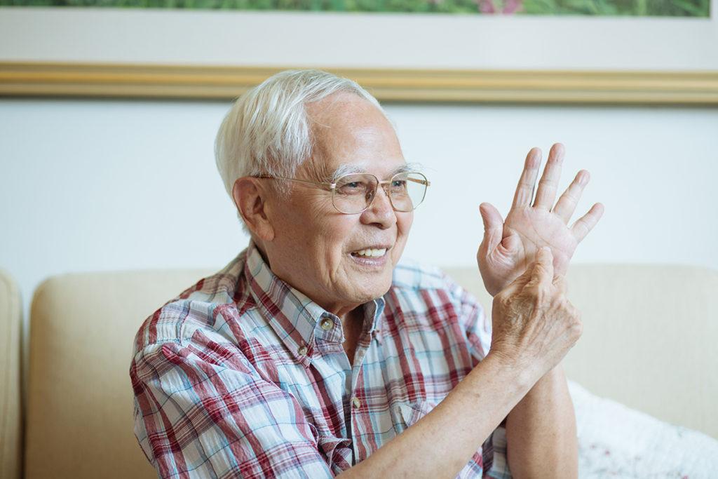 「我隻手指敏感過我隻眼,我用的是5B鉛筆,一支可以畫好多變化,畫畫非靠眼,而是靠手指!」江啟明自豪地說。