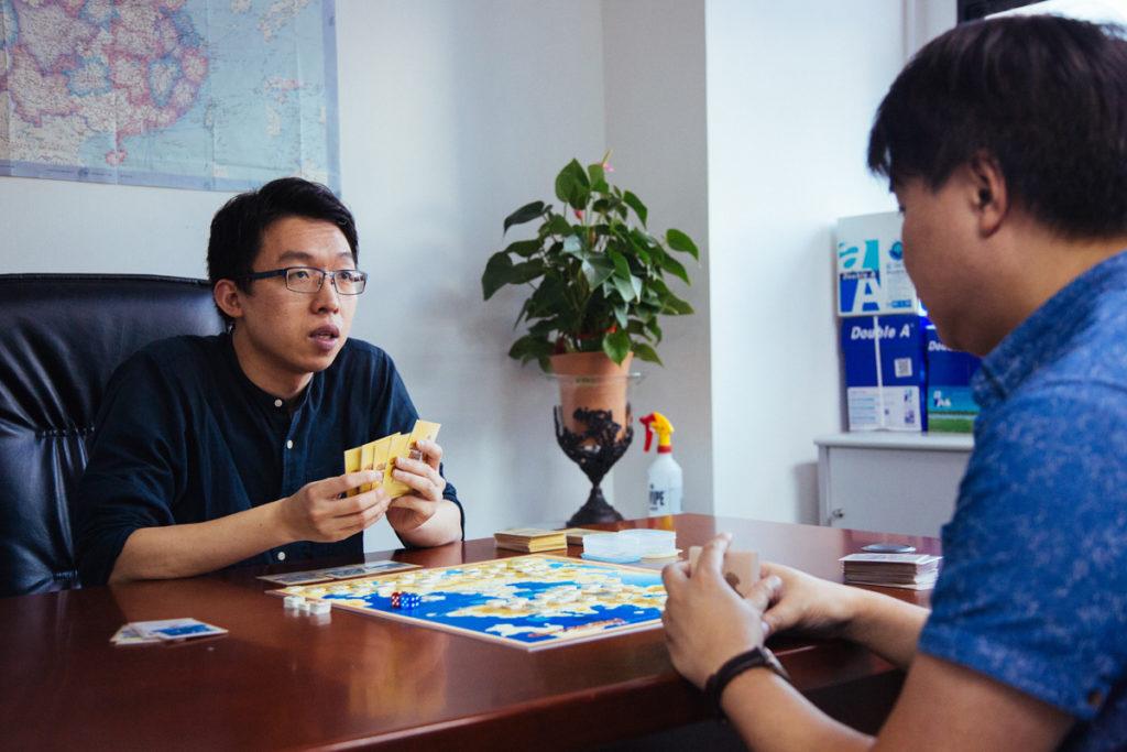 兩位桌遊迷指台、日、韓桌遊界得以蓬勃發展,香港則相形見絀,是港府重創科,輕文教之故。