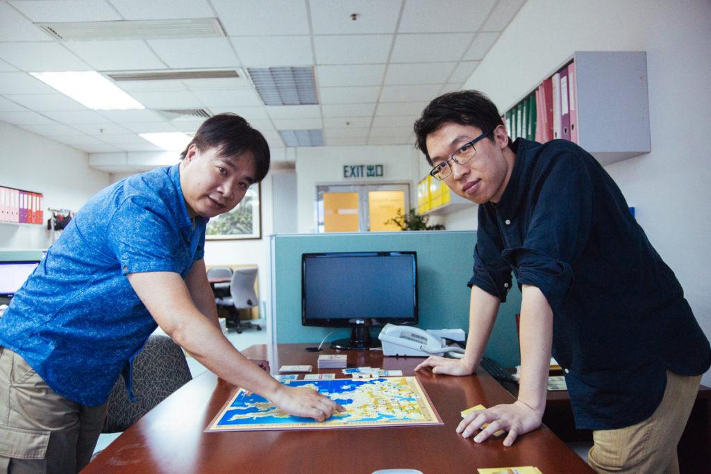 David(左)從事會計,阿安(右)則是社會學博士生,兩人看似「大纜都扯唔埋」,卻因桌遊而惺惺相惜,展開《HK1941》計劃。