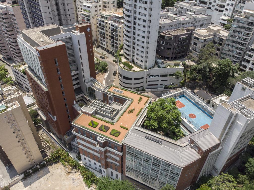 聖保羅男女中學創立於1915年,是本港首間男女子中學,屹立於中環半山的麥當勞道。其中最具代表性的莫過於紅磚主樓,校舍周圍住宅眾多,環境寧靜。