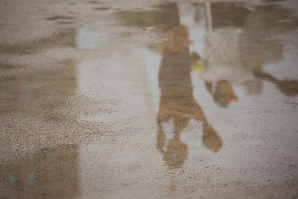 拍攝時沙地場上仍因大雨水浸,因大雨多次取消練習,教練只無可奈何地說習慣了香港天氣。