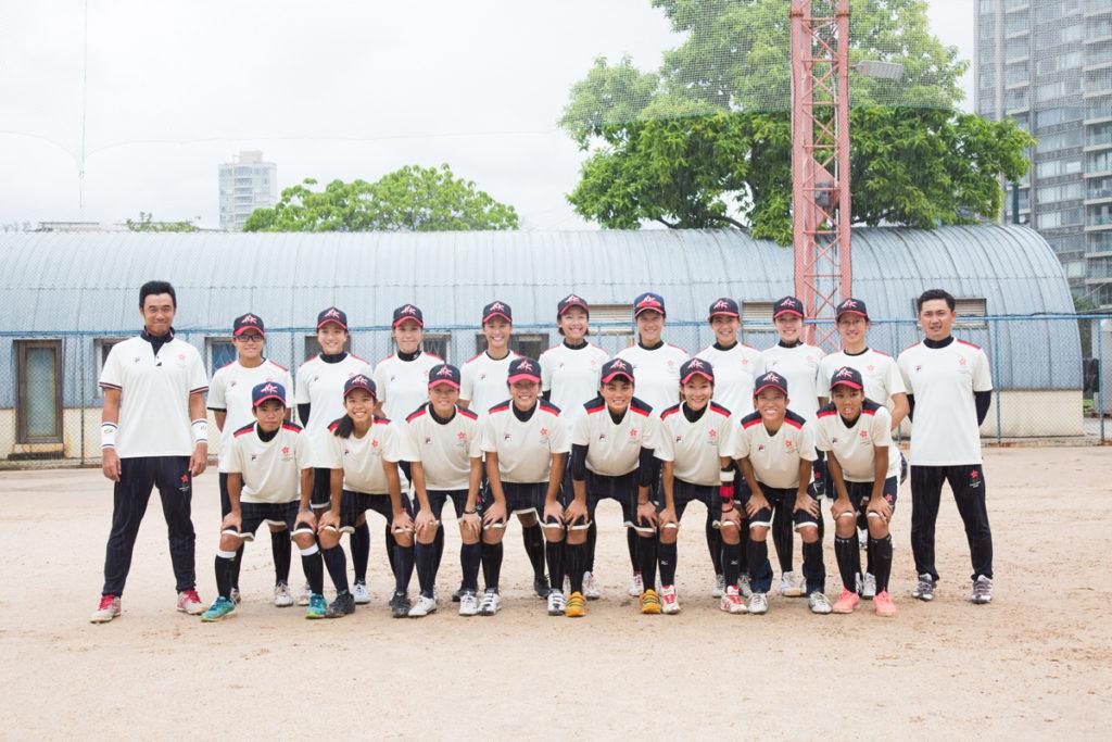 十七人港女壘隊與教練合照,蓄勢待發。